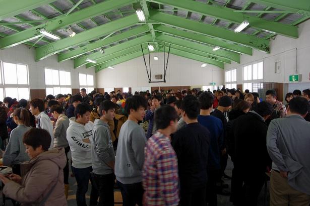 会場いっぱいに集まった参加者は、別れを惜しむようにいつまでも語り合っていた