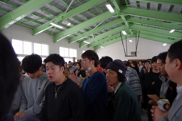 思いがけず名前を呼ばれ、ステージに駆け付けた上田監督(中央右)