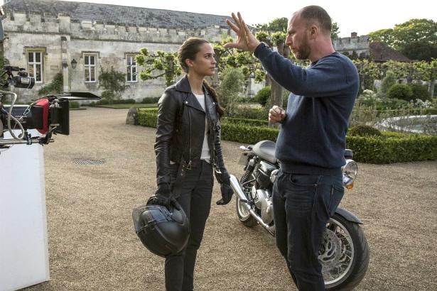 『トゥームレイダー ファースト・ミッション』のアリシア・ヴィキャンデルを演出するロアー・ウートッグ監督