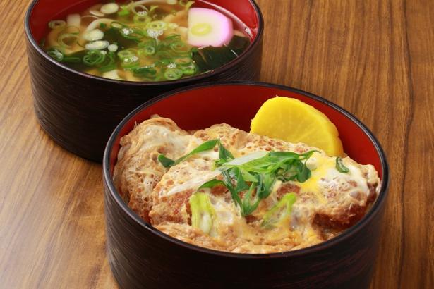 ミニうどん付きの「カツ丼セット」(860円)。プラス100円で大盛りに変更可能