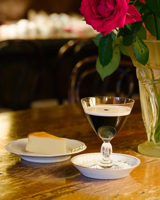 ラリックのグラスに注がれた琥珀の女王¥850は、シェーカーで冷やされたコーヒーと生クリームの甘さを楽しんで。ガトー・フロマージュは¥500