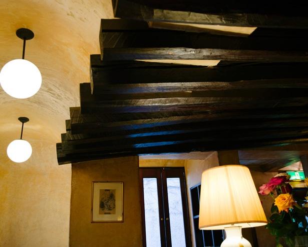 建築家の松樹新平さんがデザインを手がけた、天井の梁が特徴的