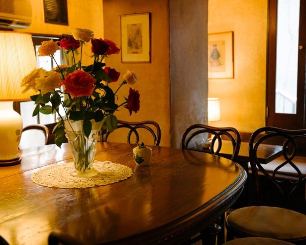 店内に配置された、大ぶりのバラが飾られた大テーブルはインパクト大