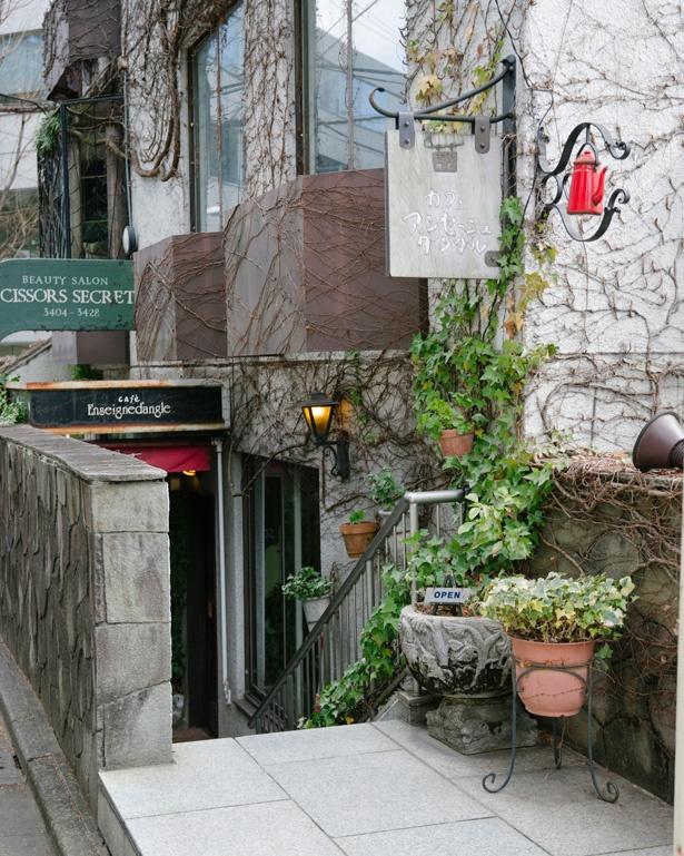 階段を下りるとカフェ アンセーニュ ダングルの入り口が。明治神宮のすぐ近く
