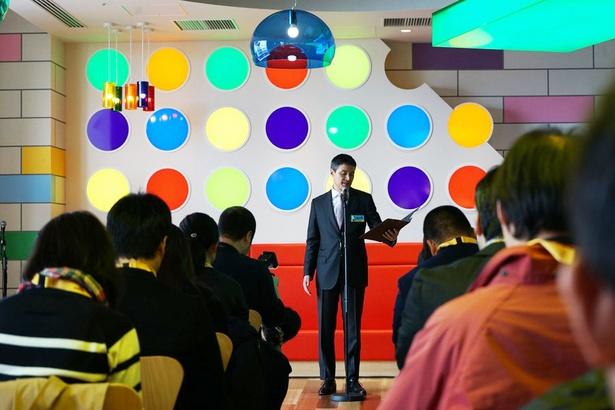 多くの報道陣の前で挨拶をする、「レゴランド・ジャパン」の代表取締役・トーベン・イェンセン氏
