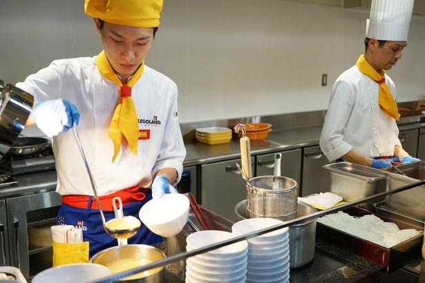 ライブキッチンでは目の前で調理。出来たてが味わえる/レゴランド・ジャパン・ホテル、ブリックス・ファミリー・レストラン