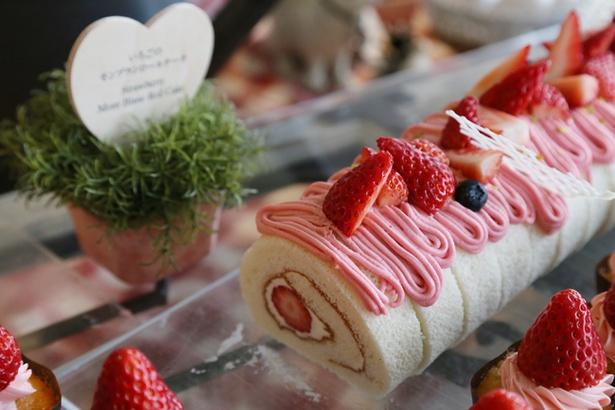 【写真を見る】「いちごのモンブランロールケーキ」