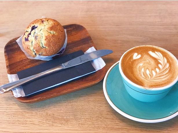 【写真を見る】カフェ「Mojo Coffee 原宿」のマフィンとフラットホワイト