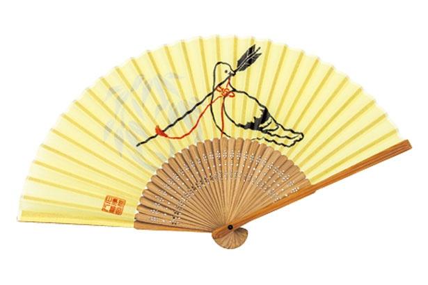 「鳩扇子」(1500円)。ハトが御神矢をくわえた姿を描いた縁起のいい図柄/石清水八幡宮