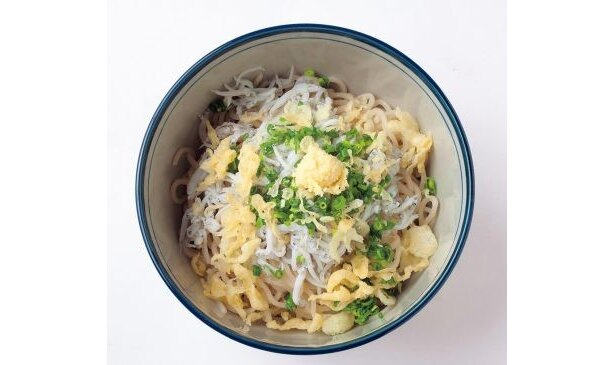シラスたっぷり!「湘南ひらつかカオリ麺」を使用した「松鱗亭」の「しらすぶっかけカオリ麺」(980円/小鉢なども付く)
