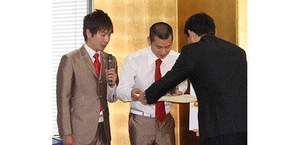 【写真】表彰状を授与される2人。その他爆笑会見の様子はコチラ!