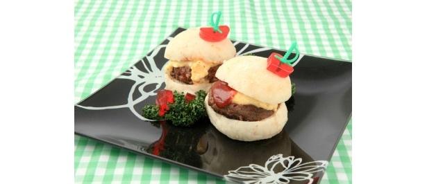 中之島バーガーで有名な「Mデリ&バーガー」からは、但馬牛を使ったもちもちバーガーセット¥721が登場!※ココのみ〜4/27)