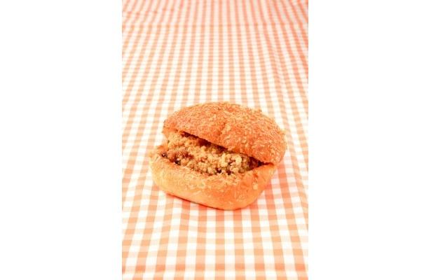 「ベイクドQ」のカレーチキンバーガー¥263は、カレーパンにボリューム満点の竜田揚げチキンをサンド
