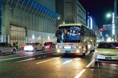 夜の京都を走行する「よるバス」