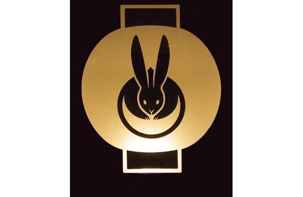 ウサギの形をしたロゴマークが「よるバス」の目印!