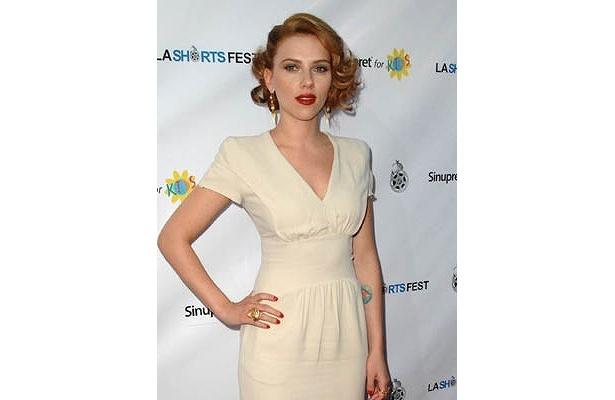 ウエストのくびれ強調のドレスで勝負。短編映画祭「L.A. Shorts Fest 2009」にて