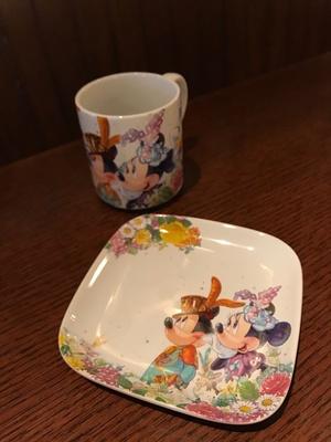 【写真を見る】お洒落なミッキーマウス&ミニーマウスが描かれたスーベニアのカップとプレート