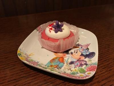 スーベニアプレート付きの「ラズベリーチーズケーキ」(750円)