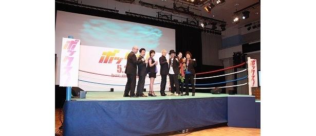 会見は後楽園ホールのリング上で開催された