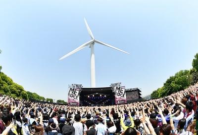メインステージの風車が印象的な都市型音楽フェス「TOKYO METROPOLITAN ROCK FESTIVAL 2018」