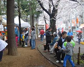 「ウルトラマン商店街」の祭りで、桜を見ながら屋台グルメを満喫!