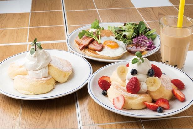 スイーツ系から食事系まで多彩なパンケーキがそろう。「タピオカミルクティ」(453円)などドリンクも