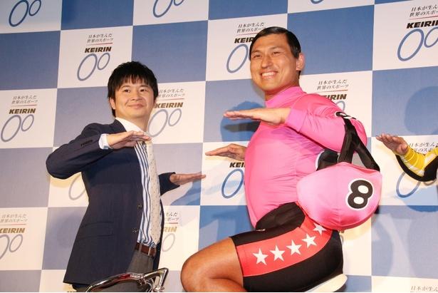 競輪のイベントでカスカスダンスをしているお笑いコンビ「オードリー」の画像