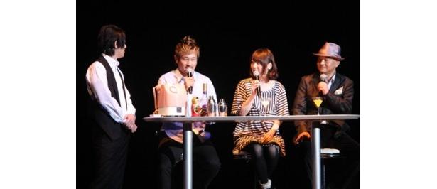 バーテンダー・松風雅也の仕切りでトークを展開する木内秀信、花澤香菜、沢木郁也(写真左から)