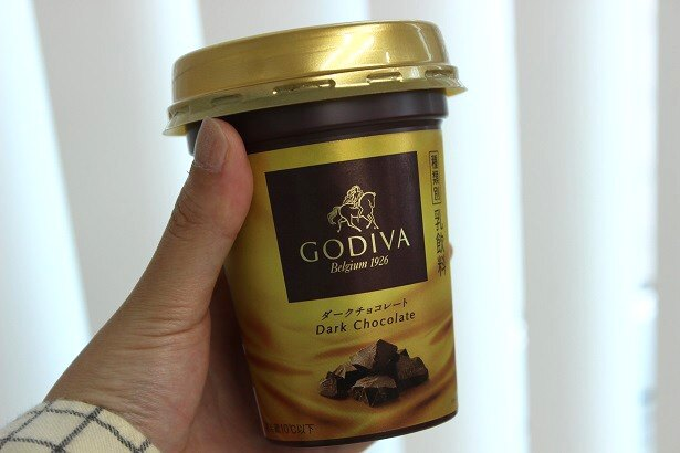 【写真を見る】新発売「GODIVA ダークチョコレート」を実際に編集部員が飲んでみた!