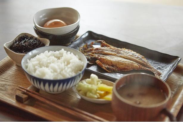 宿泊者用の朝食は併設のカフェで用意。写真はアジの干物定食(朝食は季節などにより内容が変わります)