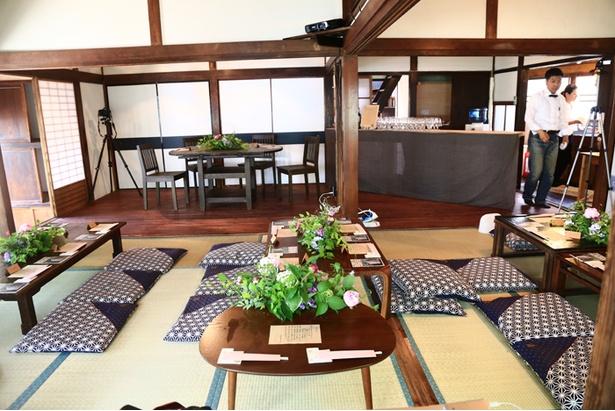 畳の大広間に宴会用(写真は結婚披露宴)のセッティングをほどこして料理を提供することもできる