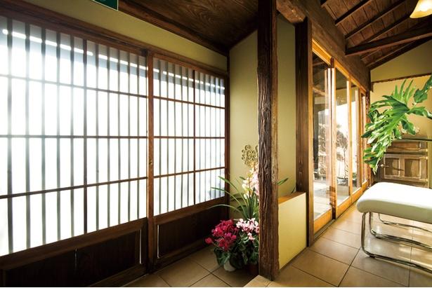 もとは、裏山の松を切り出して150年前に建てられたもの。その趣を壊さないよう、改装時には地元の大工さんと一緒に窓や扉選びにもこだわった