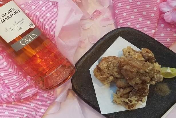 【写真を見る】すっきり~しっかりタイプのロゼワインに合う鶏のから揚げ