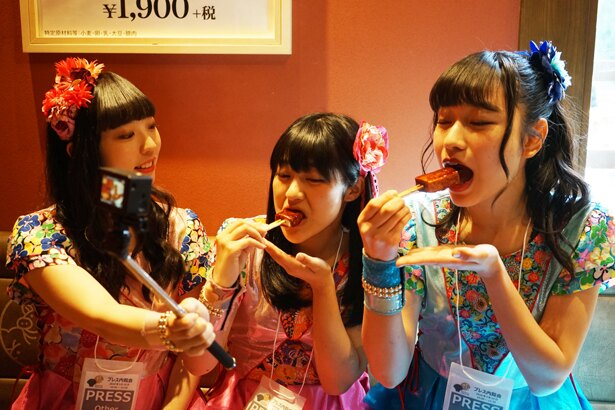 「豆腐がフワフワ♪味噌が濃厚でおいしい」(写真左、山川)