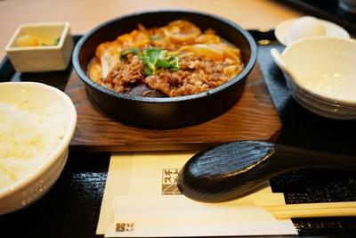 「スギモト牛鍋店」の「名古屋コーチンひきずり鍋セット」(1680円)