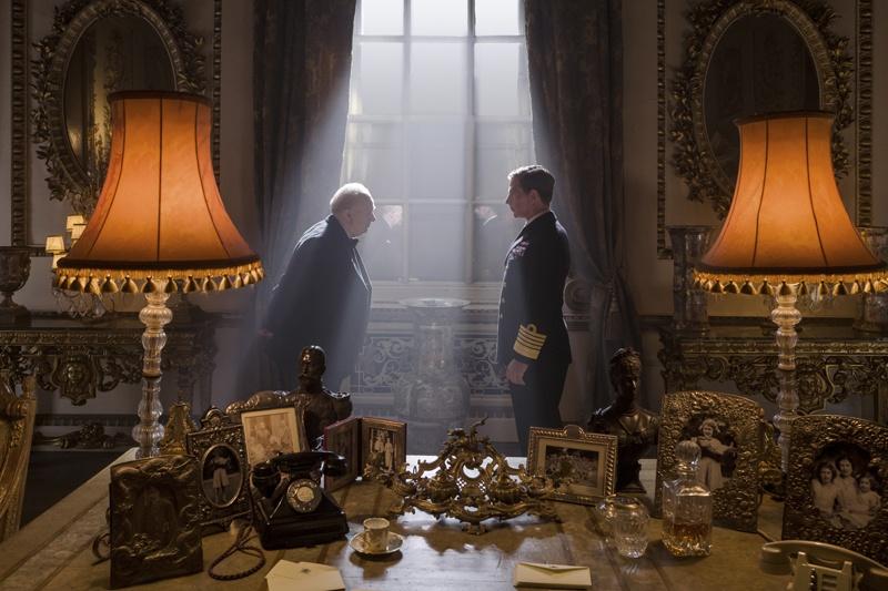 毎週ランチの時間を設けるなど、首相と国王という立場を超え親友としての絆を深めていったチャーチルとジョージ6世(ベン・メンデルソーン)