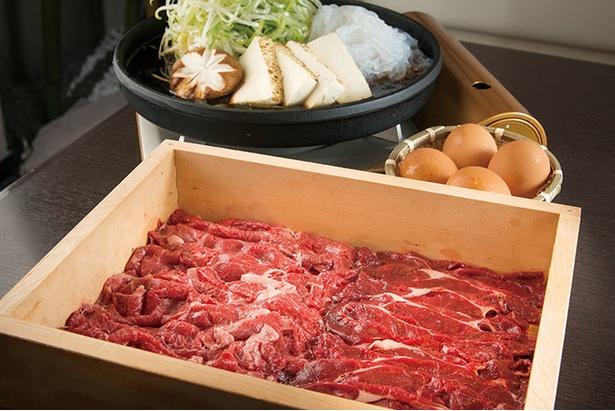 【写真を見る】店のイチオシメニュー!馬肉の「すき焼き」(1人前1,944円、写真4人前)