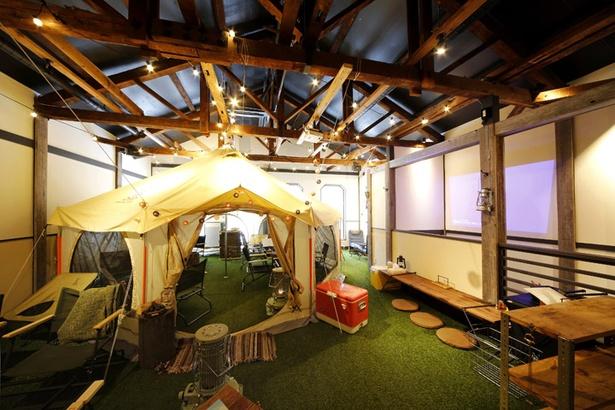 3~4組の来店客を収容できる店内中央のテント。テーブルやいすも、もちろん「DOD」のアイテム