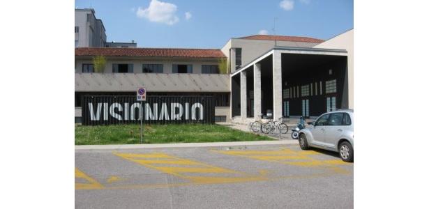 第二会場となるヴィズィオナーリオシネマ。1階にはバールも完備