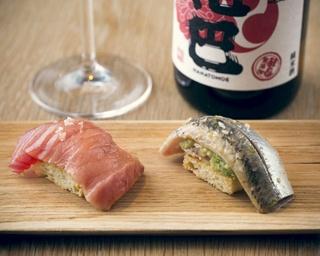 「15℃SUSHI」(2貫 972円)は左がメジマグロで中にウニが隠れている。右はイワシとアボカド。日本酒は奈良の「花巴」グラス(972円)