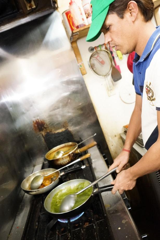 スタッフは全員インド人。本場の味が味わえる