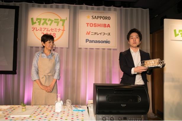 ロティサリーポークとともに登場したパナソニックの三田さん(右)