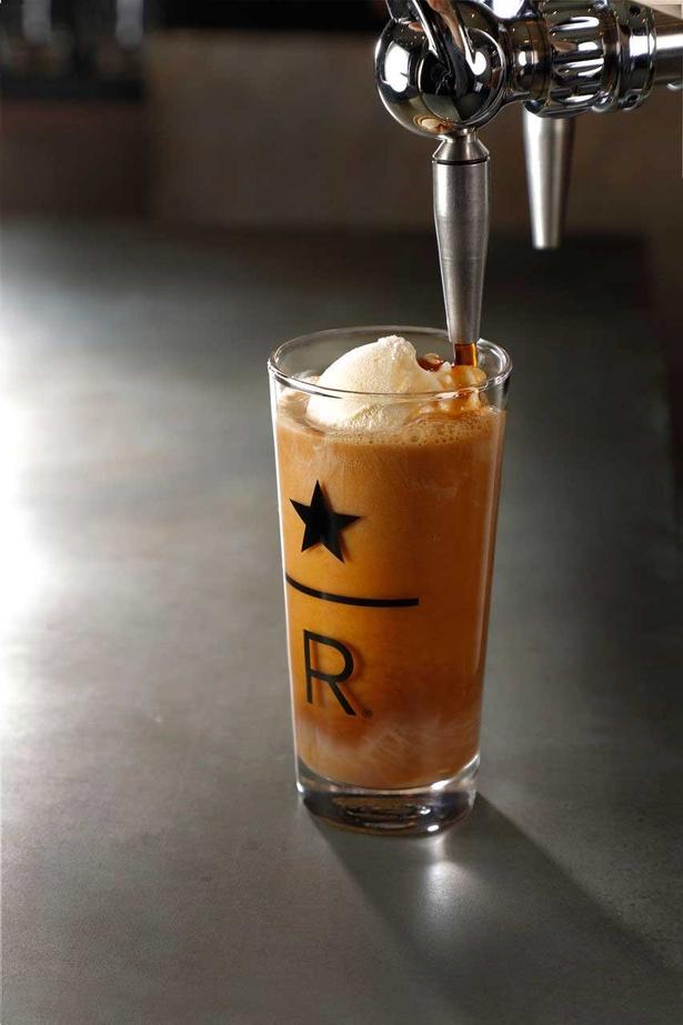 アイスクリームの なめらかさとナイトロコールドブリューコーヒーのエアリーな食感が融合した『ナイトロ コールドブリュー フロート』 (900円)