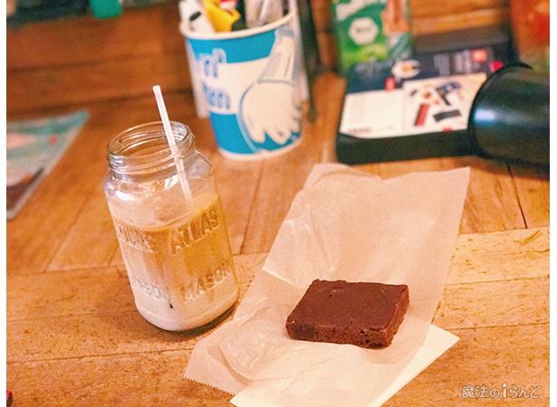 【写真を見る】カフェラテとブラウニー。ラテは苦味が少なくミルク多め