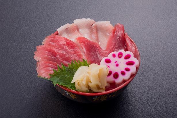 マグロ食べ比べ丼(写真)ほか、寿司やラーメン、バーベキューなどでマグロを楽しめる
