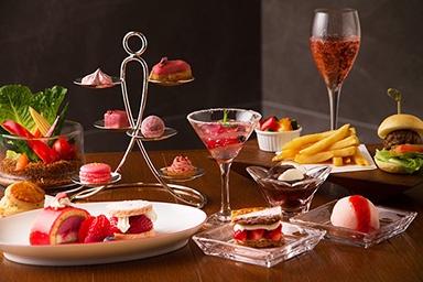 「アフタヌーンティー Pretty in Pink」(税抜3500円)、「シャンドン・ロゼ」付きのセット(税抜4500円)。桜のミニエクレアなどピンクのスイーツのほか、ミニバーガーなど軽食もある