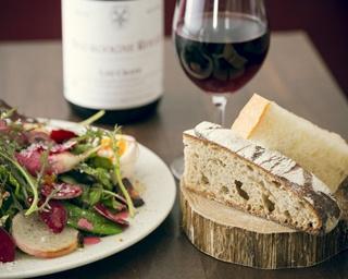 「Blanc」の「イワシオイルサーディンとみかんのサンドイッチ」¥680。シャルドネ種の白ワインと一緒に