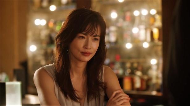 バーにいる長谷川京子