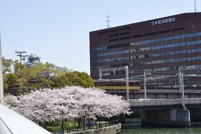 川崎橋からも大阪城が見える。京阪電車と合わせて絶好のフォトスポット