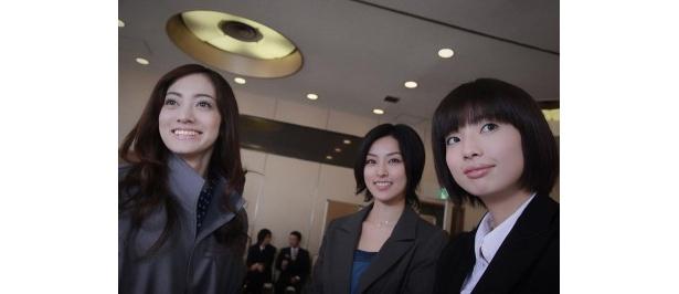 取引先の出版社に勤める由梨子役の英玲奈(写真左)、大学の同級生・圭以子役の木下あゆみ(写真中央)など共演者も美人ぞろい